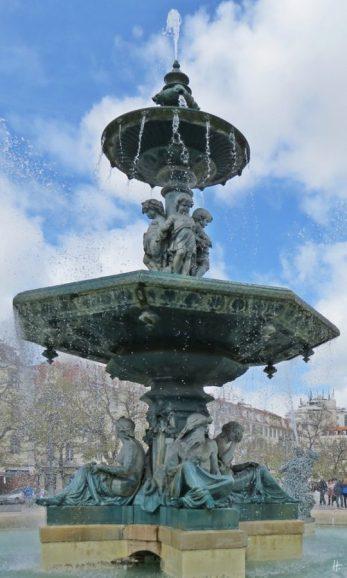 2016-03-30 Lissabon (Portugal) Tag 2-18 (15A) Rossio bzw Praça Dom Pedro IV + Brunnen mit Bronzeskulpturen von Mathurin Moreau und Michel Lienard