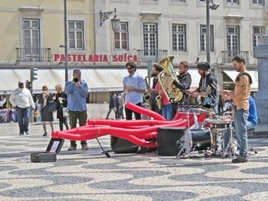 "2016-03-30 Lissabon (Portugal) Tag 2-18 (26) Rossio - Praça Dom Pedro IV mit Musikern ""Camachofones"" (https://www.youtube.com/watch?v=LKrWf-3ZyXo)"