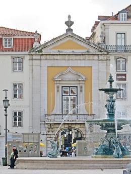 2016-03-30 Lissabon (Portugal) Tag 2-18 (27) Praça Dom Pedro IV Südl. Brunnen + Torhaus Arco do Bandeira zur Rua dos Sapateiros