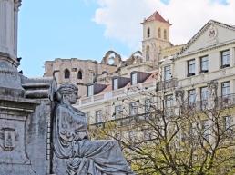 2016-03-30 Lissabon (Portugal) Tag 2-18 (28) Praça Dom Pedro IV - Sockel der Säule vorn + Convento do Carmo hinten