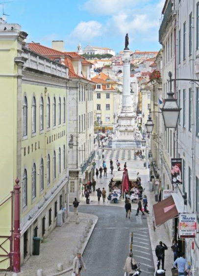 2016-03-30 Lissabon (Portugal) Tag 2-19 treppauf ins Bairro Alto (5) Calçada do Carmo heruntergesehen zum Rossio