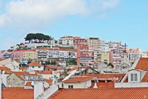 2016-03-30 Lissabon (Portugal) Tag 2-19 treppauf ins Bairro Alto (9) über die Dächer gezoomt zum Jardim do Miradouro da Senhora do Monte