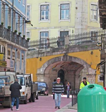 2016-03-31 Lissabon (Portugal) Tag 3-33 Rua do Corpo Santo (2) Arco da Rua Nova do Cavalho (Rua Cor de Rosa)