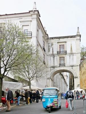 2016-04-02 Lissabon (Portugal) Tag 5-1 Feira da Ladra - Flohmarkt (5) Arco Grande de Cima+Tuktuk