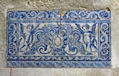 2016-04-02 Lissabon (Portugal) Tag 5-2 Alfama (28) Rua da Judiaria Azulejos-Bild am Fonte de Poeta