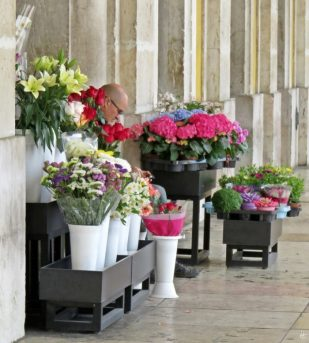 2016-04-02 Lissabon (Portugal) Tag 5-4 Praça do Comércio (3) Blumenverkäufer unter den Arkaden