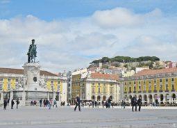 2016-04-02 Lissabon (Portugal) Tag 5-4 Praça do Comércio (5) mit Reiterstatue José I. (Joaquim Machado de Castro, 1775) + Castelo de São Jorge