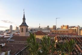 2017-04-10 MADRID-Urlaub (10) Blick von der Terrasse des Appartments mit der Kirche Iglesia de San Ginés de Arlès (lvorn links) und der Blickrichtung Gran Vía (geradeaus)