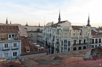 2017-04-10 MADRID-Urlaub (13) Blick aus dem Fensterchen auf Calle Mayor Nr. 27, 1920 durch Architekt Julio Martínez Zapata errichtet