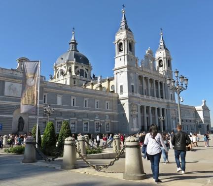 2017-04-11 MADRID-Urlaub (61) Plaza de la Armería mit Catedral de la Almudena