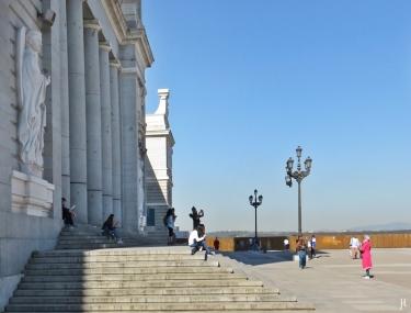 2017-04-11 MADRID-Urlaub (66) Plaza de la Armería mit Treppe der Catedral de la Almudena