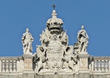 2017-04-11 MADRID-Urlaub Plaza de Oriente (23) Palacio Real Detail Wappen+Architekt