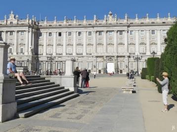 2017-04-11 MADRID-Urlaub Plaza de Oriente (29) am Reiterstandbild Felipe IV, Parkanlage+Palacio Real