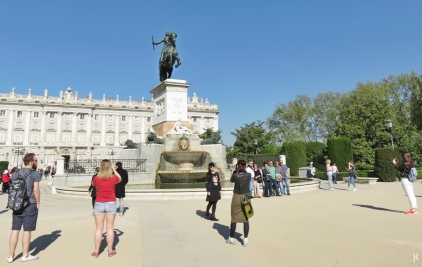 2017-04-11 MADRID-Urlaub Plaza de Oriente (31) am Reiterstandbild Felipe IV, Parkanlage+Palacio Real+Touristen