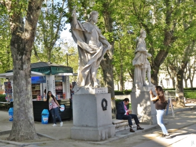 2017-04-11 MADRID-Urlaub Plaza de Oriente (5) Kiosk+Statuen+Mädchen