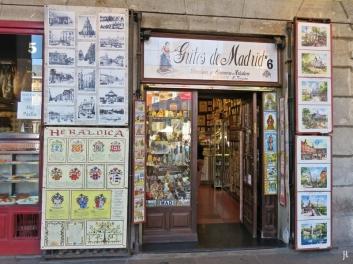 2017-04-11_11 MADRID-Urlaub (156) Arkaden der Plaza Mayor 'Gritos de Madrid'