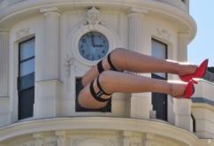 """Die Beine werben für die Theater-Veranstaltung von """"Remember on the Street"""" - ein Rundgang durch die Geschichte des Tanzes, eine Fusion aus Comedy, Theater und Tanz mit Live-Musik, dargestellt von der 'MamboSwing Dance Company' mit Cristina Mañas und Javier Rodríguez,"""