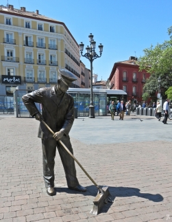 """Bronce al barrendero madrileño"" - lebensgrosse Bonzeplastik von Félix Hernando García"
