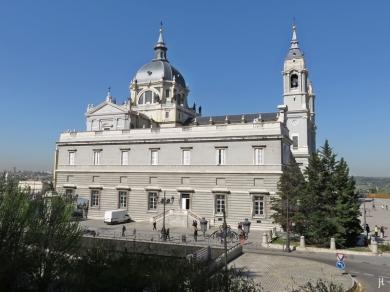 2017-04-11_7 MADRID-Urlaub (73) Almudena-Kathedrale oberhalb der Calle de Bailén