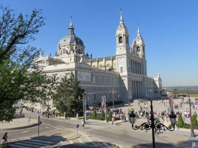 2017-04-11_7 MADRID-Urlaub (74) Plaza de la Armería+Almudena-Kathedrale+Calle de Bailén