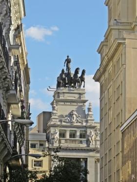 Durchblick von der Gran Vía auf eine Quadriga des Edificio del Banco de Bilbao, Calle Alcalá