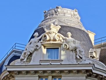 Plaza de las Cortes - Kuppel mit Figuren auf dem Dach des Hotel Palace