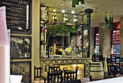 Calle del Prado, Blick durch das Fenster einer Bar