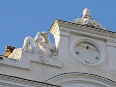 2017-04-11_20 MADRID-Urlaub (398) Plaza de Santa Ana - Uhr mit einer der sie flankierenden Figuren