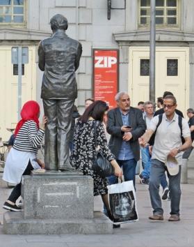 2017-04-11_20 MADRID-Urlaub (402) Plaza de Santa Ana - die begehrte Statue von Federico García Lorca und im Hintergrund das Teatro Español