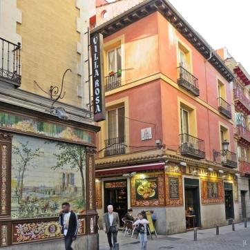In der Calle Álvarez Gato, bzw. El Callejón del Gato, kann man weitere Fliesen-Bilder bewundern, die 90 Jahre alten der Villa Rosa und die aus den 90er Jahren der Bar - Taberna 'La Fragua de Vulcano'.