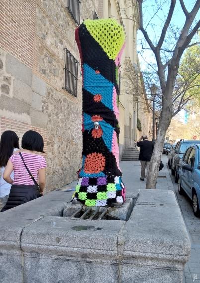 Urban Knitting am Brunnen 'Fuente de la calle de Santa Isabel', einen Brunnen, den es schon seit dem 17. Jh. vor den Klostermauern gibt, in der heutigen Form seit Ende des 19. Jh. (ohne die Häkelmütze).