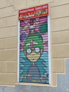Ecke Calle de Santa Isabel mit der Calle de Buenavista: Graffiti-Ladenfenster-Fensterladen; das kleine Lebensmittelgeschäft hat noch mehr davon.