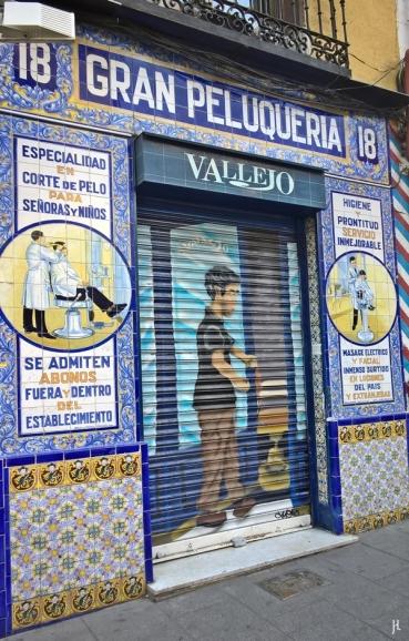 Calle de Santa Isabel, No. 18 : ein aufsehenerregend schöner Fliesenspiegel in alter Tradition für ein kleines Friseurgeschäft.