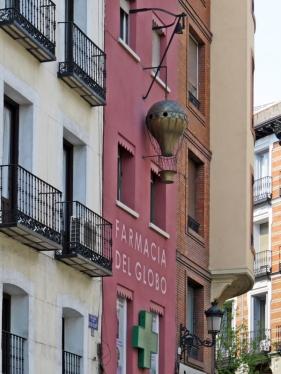 """Atocha: wo die Calle de Santa Isabel in die Calle de Atocha mündet, gibt es einen kleinen Platz namens Plazuela de Antón Martín - und die Apotheke 'Pharmacia del Globo' mit dem kupfernen Ballon an der Hausfassade, der seinerzeit ein Zeichen """"fortschrittlicher Pharmazie"""" bedeuten sollte. Mehr darüber hier: Del Globo Pharmacy"""