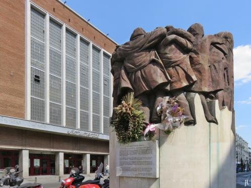 """Die Plazuela de Antón Martín mit dem Denkmal namens 'El abrazo' von Juan Genovés, ein Mahnmal für das """"Blutbad von Atocha"""" / """"La matanza de Atocha"""" von 1977, bei dem Attentäter-Kommando der """"Alianza Apostólica Anticomunista"""" die Arbeitsräume einer Gruppe von Anwälten stürmte , welche der Gewerkschaft Comisiones Obreras (CC.OO.) angehörten. Von den Anwesenden starben fünf Menschen, weitere vier wurden angeschossen. > Wikipedia dazu"""