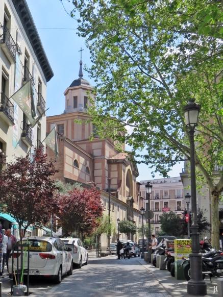 Nach dem Überqueren der Calle de Atocha - nun im Barrio de las Letras - in der Calle de San Sebastián, mit einem Blick zurück auf die Kirche Iglésia de San Sebastián, kurz vor der Plaza del Angél