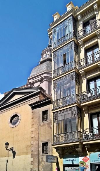 Barrio de las Letras - auf der anderen Strassenseite der Calle de Atocha: die Kirche Iglesia de San Sebastián, halb verborgen hinter den verglasten Balkons einen Stadthauses