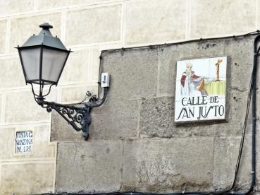 2017-04-13_8 MADRID-Urlaub (142) Calle de San Justo - Laterne+Fliesenschild an der Plaza de Puerta Cerrada