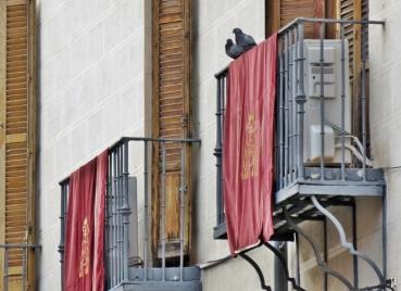 2017-04-13_8 MADRID-Urlaub (143) Calle de San Justo - Tauben+Tücher an der Plaza de Puerta Cerrada