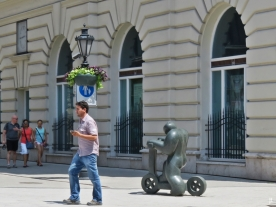 wo die Duna utca auf die Váci utca trifft: Rollerfahrer-Skulptur von Szmrecsányi Boldizsár, 1970 (Rollerező)