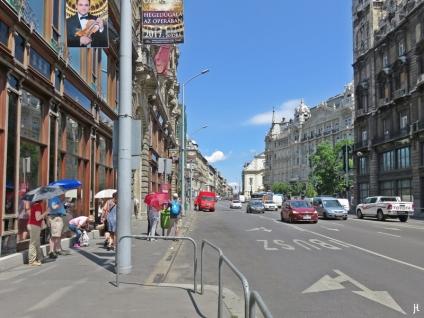Die Kossuth Lájos utca zwischen den beiden Klothildenpaläste-Zwillingen