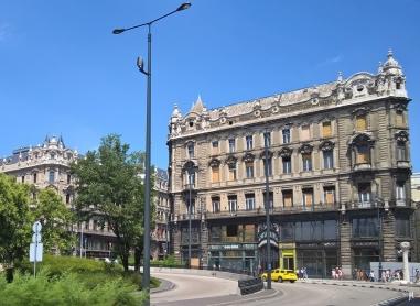 Március 15 tér mit Auffahrt zur Elisabethbrücke, dahinter, an der Váci utca, der südliche der Klothildenpalast-Zwillinge