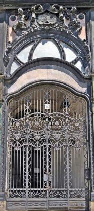 Váci utca 36, grosse Tür am südlichen der Klothildenpalast-Zwillinge