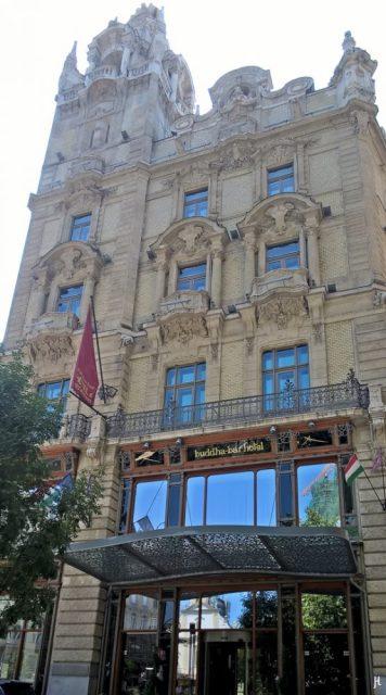 Kígyó u. - nördlicher Klothildenpalast-Zwilling mit Hotel-Eingang
