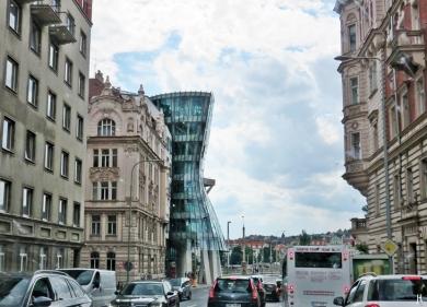 2017-07-14 Prag_1 aus dem Auto (16) Resslova - Tanzendes Haus (Tancící dum)