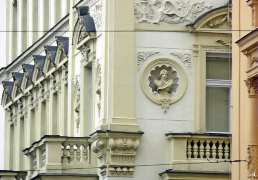 2017-07-14 Prag_1 aus dem Auto (2) Fassade mit Büsten-Medaillons