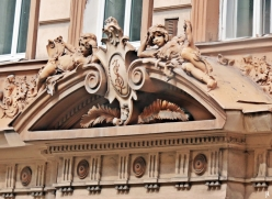 2017-07-14 Prag_1 aus dem Auto (3) Fassadenschmuck mit Palmwedeln