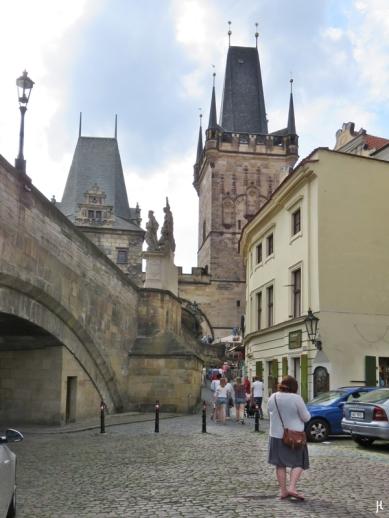 2017-07-14 Prag_1 aus dem Auto (31) U Lužického semináre (kl. Platz an der Karlsbrücke)