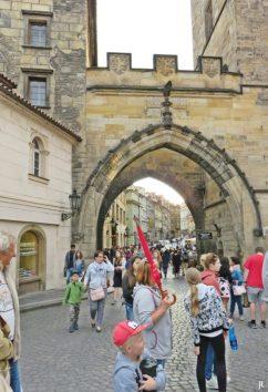 2017-07-14 Prag_13 (CK) über und unter die Karlsbrücke (11) Tor zwischen den Kleinseitener Brückentürmen