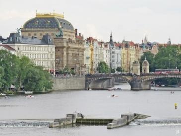 Das Nationaltheater an der Brücke der Legionen.